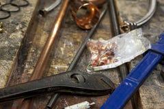 Llaves ajustables en un banco de trabajo viejo estorbado Fotografía de archivo libre de regalías