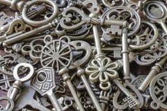 Llaves antiguas hermosas en una pila fotografía de archivo libre de regalías