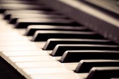 Llaves blancos y negros del piano en tono del color del vintage Fotos de archivo libres de regalías