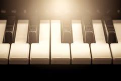 Llaves blancos y negros del piano en tono del color del vintage Imagen de archivo