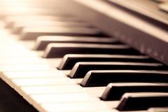 Llaves blancos y negros del piano en tono del color del vintage Imagenes de archivo