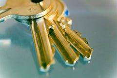 Llaves con las baratijas, primer, llaves al hogar fotos de archivo
