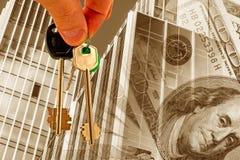 Llaves contra la fachada del edificio de oficinas y del dinero Imagen de archivo
