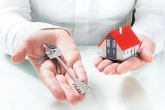 Llaves de entrega del agente inmobiliario al hogar Fotos de archivo libres de regalías