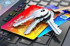 Llaves de las tarjetas y de la casa de crédito en el teclado del ordenador portátil Fotografía de archivo