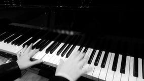 Llaves de marfil femeninas del presionado a mano del pianista, jugando música agradable del piano en el concierto metrajes