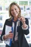 Llaves de In Office Holding del agente de la propiedad inmobiliaria a la propiedad Foto de archivo