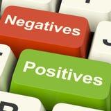 Llaves de ordenador de los positivos de las negativas que muestran más y menos Alterna Fotos de archivo