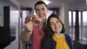 Llaves de sacudida de la mano masculina a la nueva casa dentro almacen de video