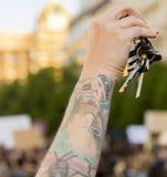Llaves de sonido de la gente en la demostración en el cuadrado de Praga Wenceslao contra el gobierno y el Babis actuales Fotografía de archivo