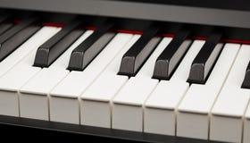 Llaves del ébano y de la marfil del piano de cola Imágenes de archivo libres de regalías