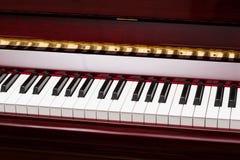 Llaves del ébano y de la marfil del piano rojo Foto de archivo libre de regalías