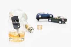 Llaves del alcohol y del coche imágenes de archivo libres de regalías