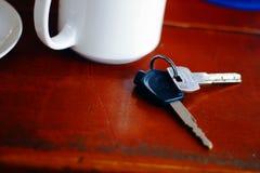 Llaves del coche del amd de la taza de café Imagen de archivo libre de regalías