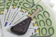 Llaves del coche en fondo euro de 100 cuentas Imagen de archivo
