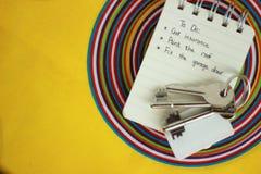 Llaves del cuaderno y de la casa fotografía de archivo libre de regalías