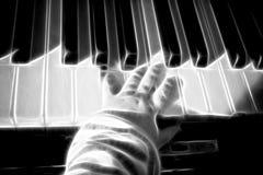 Llaves del piano con las manos del bebé Imagen de archivo libre de regalías