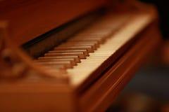 Llaves del piano, llaves de oro del piano en un clavicordio barroco viejo Imágenes de archivo libres de regalías