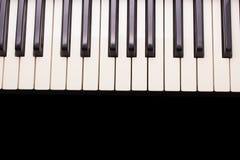 Llaves del piano en el fondo borroso de madera para el espacio de la copia fotos de archivo
