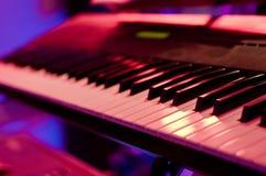 Llaves del piano llenadas de las luces Imagen de archivo