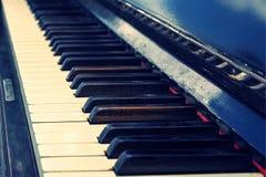 Llaves del piano viejo del vintage Fotografía de archivo
