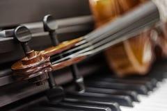 Llaves del piano del violín en el fondo foto de archivo