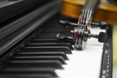 Llaves del piano del violín en el fondo fotos de archivo libres de regalías