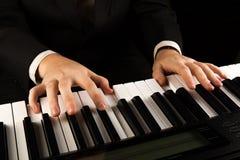 Llaves del piano y manos humanas Fotografía de archivo libre de regalías