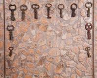 Llaves del vintage en el piso de piedra Fotos de archivo