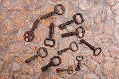 Llaves del vintage en el piso de piedra Imagen de archivo libre de regalías