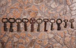 Llaves del vintage en el piso de piedra Imagenes de archivo