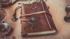 Llaves del vintage en las fotos del cuaderno del cuero de Brown imagen de archivo