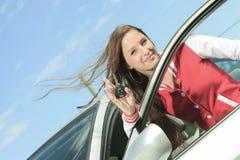 Llaves felices del coche que muestran Imagen de archivo libre de regalías