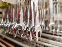 Llaves inglesas de acero en la tienda Venta de la llave imagen de archivo