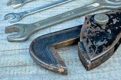 Llaves inglesas de Chrome y llave vieja Imagen de archivo