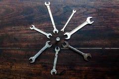 Llaves inglesas de diversos tamaños en el de madera Foto de archivo