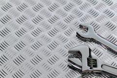 Llaves inglesas y checkerplate Imagen de archivo