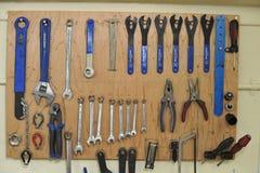 Llaves inglesas y herramientas de mantenimiento de la bici imágenes de archivo libres de regalías