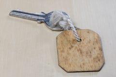 Llaves a la puerta principal de la casa Diversos accesorios necesarios Imagen de archivo
