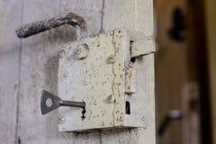 Llaves a la puerta principal de la casa Diversos accesorios necesarios Fotos de archivo