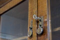 Llaves a la puerta principal de la casa Diversos accesorios necesarios Imagen de archivo libre de regalías