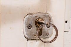 Llaves a la puerta principal de la casa Diversos accesorios necesarios Imagenes de archivo