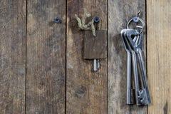 Llaves a la puerta principal de la casa Diversos accesorios necesarios Fotografía de archivo libre de regalías