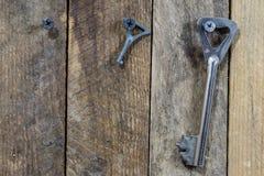 Llaves a la puerta principal de la casa Diversos accesorios necesarios Fotos de archivo libres de regalías