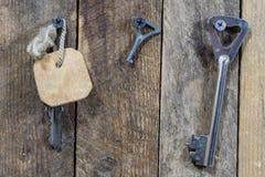 Llaves a la puerta principal de la casa Diversos accesorios necesarios Imágenes de archivo libres de regalías