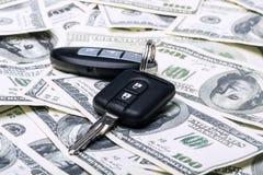 Llaves modernas del coche en fondo del dinero fotografía de archivo