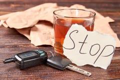 Llaves y alcohol del coche imágenes de archivo libres de regalías