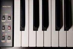 Llaves y controles eléctricos del piano desde arriba imagen de archivo