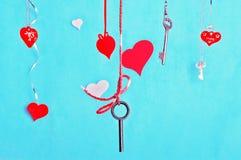 Llaves y corazones contra el fondo de la turquesa Imagen de archivo