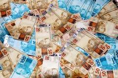 Lle banconote brasiliane di 50 e 100 note dei reais Fotografie Stock